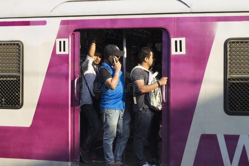 MUMBAI MAHARASHTRA, INDIEN, December 2017, passagerare på det lokala drevet royaltyfria bilder