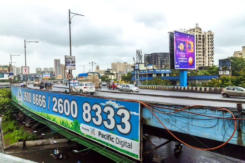 Mumbai, maharashtra Sierpień 25 2018: Thane droga w Mumbai Podczas Padać sezon India jeden ważni miasta w Indiańskim stanie zdjęcia stock