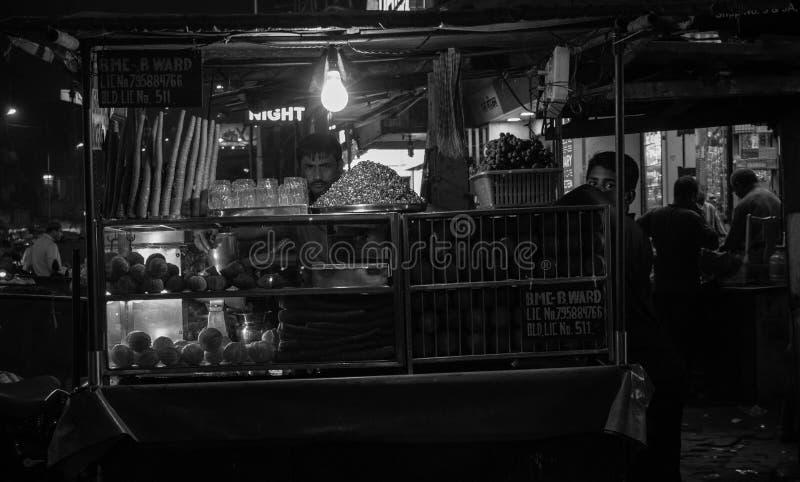 Mumbai, Maharastra/Ινδία 01-21-2019 Πλανόδιος πωλητής και το αγόρι αρωγών του που πωλούν το χυμό νωπών καρπών στοκ φωτογραφία με δικαίωμα ελεύθερης χρήσης