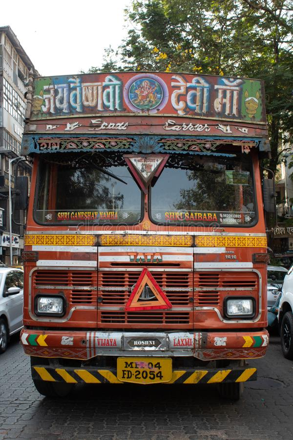 Mumbai, Marhashtra, India/15 Listopad, 2018: typowa dekorująca i bardzo coloured hindus ciężarówka obrazy stock