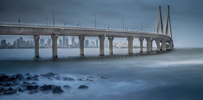 Mumbai-Seelink während der Monsunzeit lizenzfreie stockfotografie