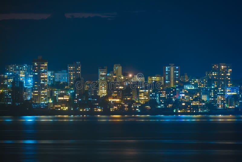 Mumbai skyline in de avond stock afbeelding