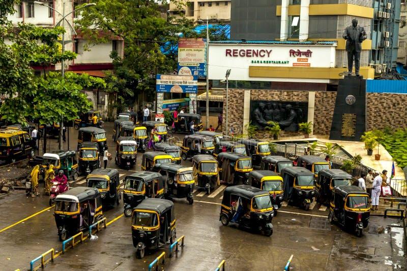 Mumbai Thane, Indien - Augusti 25 2018 Tuk tukrickshaw som väntar på den huvudsakliga fyrkanten i thanen, Indien en av de viktiga royaltyfri bild