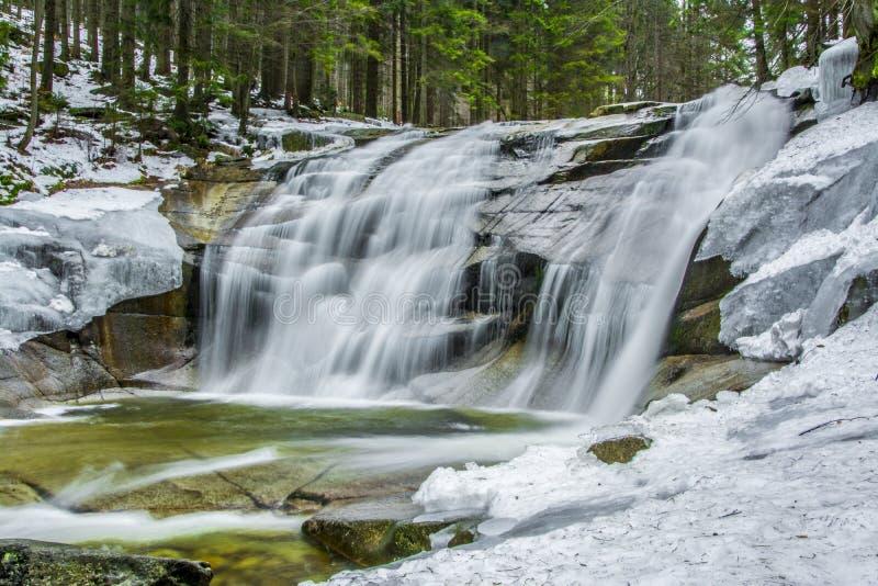 Mumlava-Wasserfall am Winter stockfoto