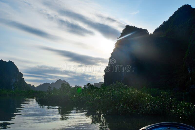 Mummel lång fjärd, Vietnam - Juni 10, 2019: Aveny i havet nära mummel lång fjärd, Vietnam turist- mycket populära dragningar in royaltyfri bild