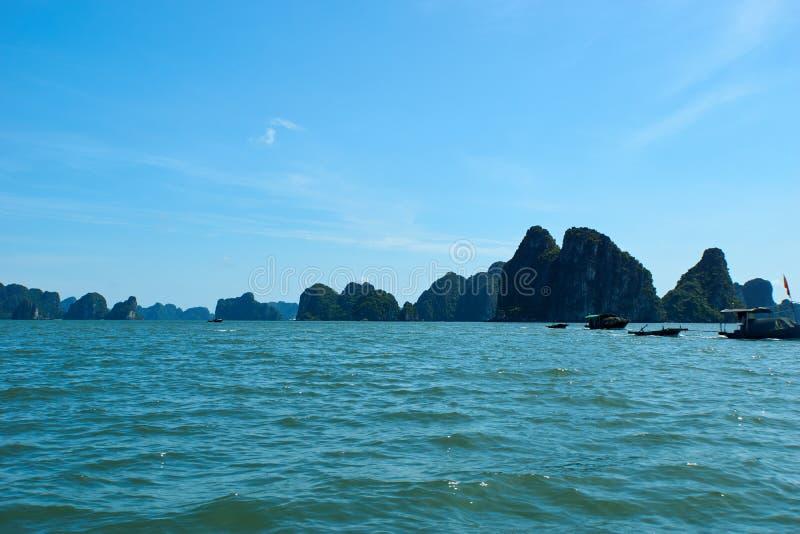 Mummel lång fjärd, Vietnam - Juni 10, 2019: Fartyg i mummel lång fjärd, Vietnam turist- dragningar som mycket är populära i nordl arkivfoton