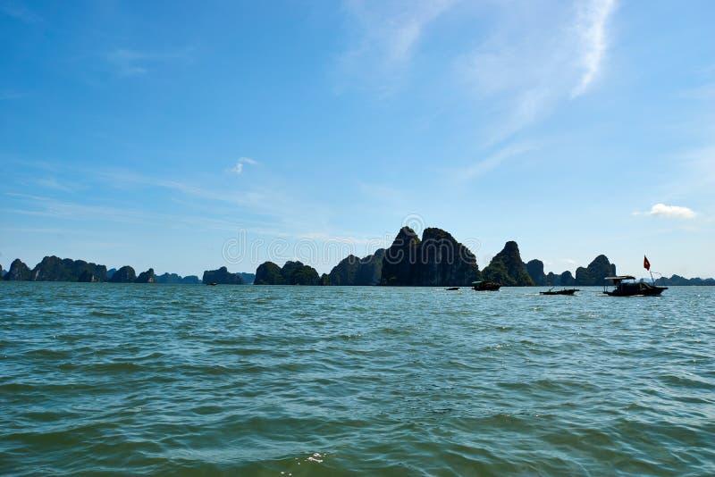 Mummel lång fjärd, Vietnam - Juni 10, 2019: Fartyg i mummel lång fjärd, Vietnam turist- dragningar som mycket är populära i nordl arkivbilder