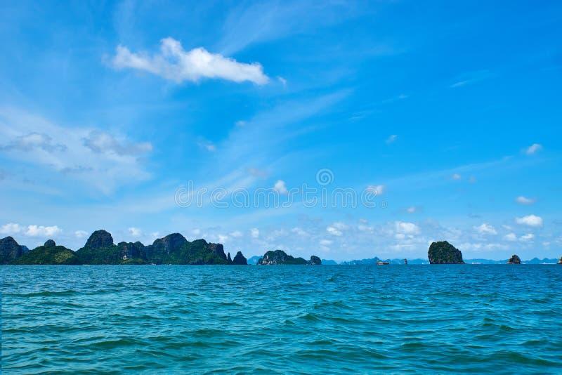 Mummel lång fjärd, Vietnam - Juni 10, 2019: Fartyg i mummel lång fjärd, Vietnam turist- dragningar som mycket är populära i nordl royaltyfria foton