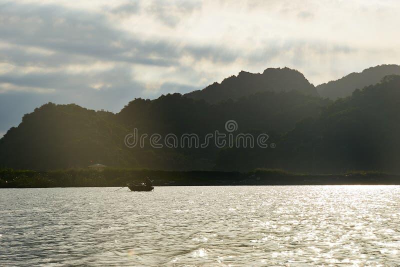 Mummel lång fjärd, Vietnam - Juni 10, 2019: Fisher Boat i mummel lång fjärd, Vietnam turist- dragningar som mycket är populära i  fotografering för bildbyråer