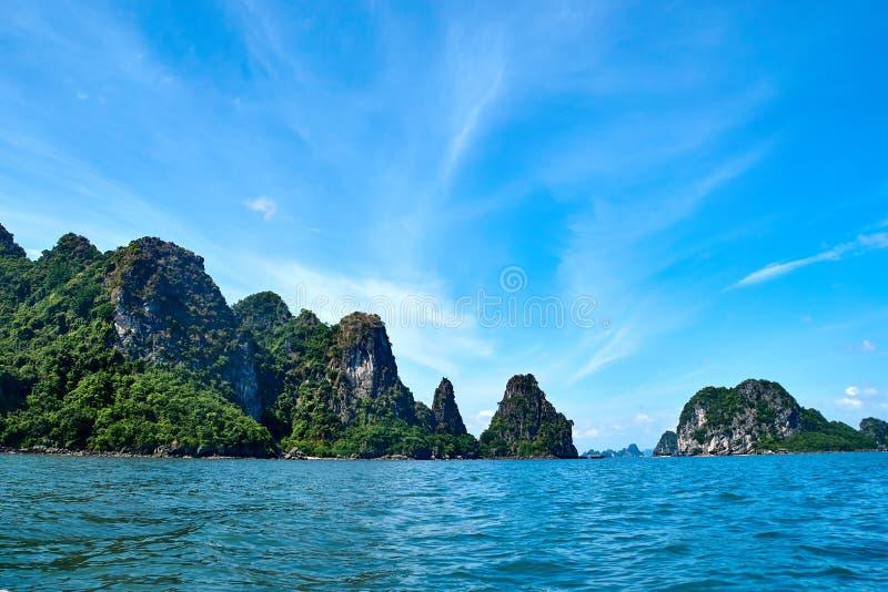Mummel lång fjärd, Vietnam - Juni 10, 2019: Liten tom strand på mummel lång fjärd, Vietnam turist- dragningar som mycket är popul fotografering för bildbyråer