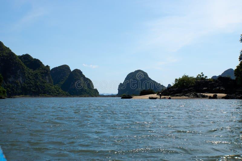 Mummel lång fjärd, Vietnam - Juni 10, 2019: Lokaler fiskar på stranden i mummel den långa fjärden, Vietnam turist- dragningar myc fotografering för bildbyråer