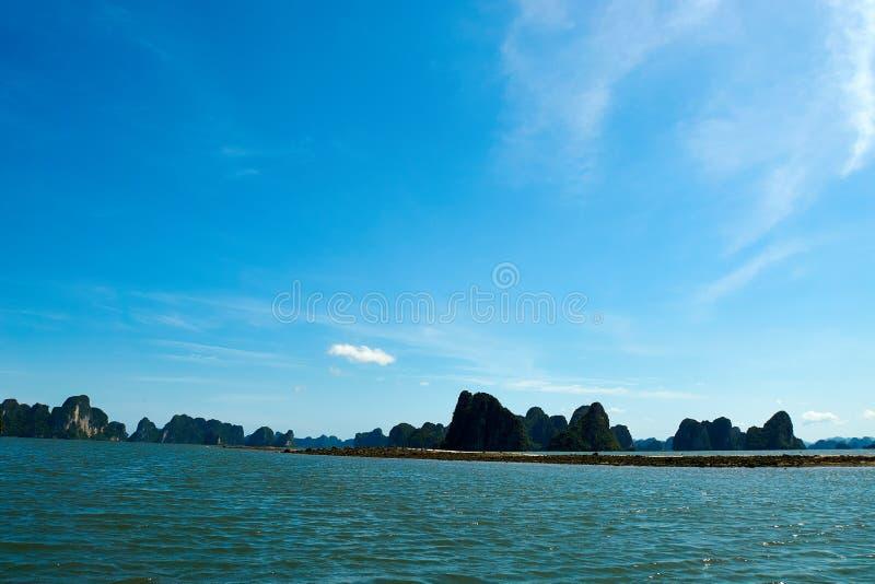 Mummel lång fjärd, Vietnam - Juni 10, 2019: Sikt över mummel lång fjärd, Vietnam turist- dragningar som mycket är populära i nord fotografering för bildbyråer