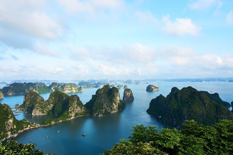 Mummel lång fjärd, Vietnam - Juni 10, 2019: Sikt över mummel lång fjärd, Vietnam turist- dragningar som mycket är populära i nord royaltyfria foton