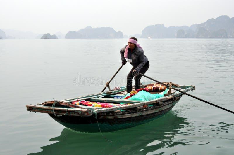 Mummel skäller länge - den typiska lokala fiskaren royaltyfri bild
