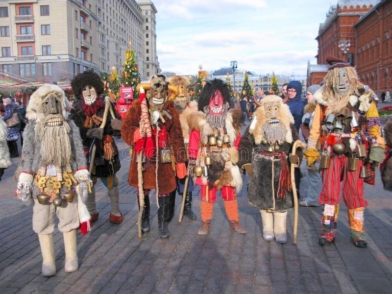 Mummers i maskeringar, ferie av Maslenitsa i Moskva, Ryssland royaltyfria foton