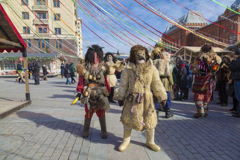 Mummers na celebração de Maslenitsa no quadrado de Manege em Moscou imagem de stock