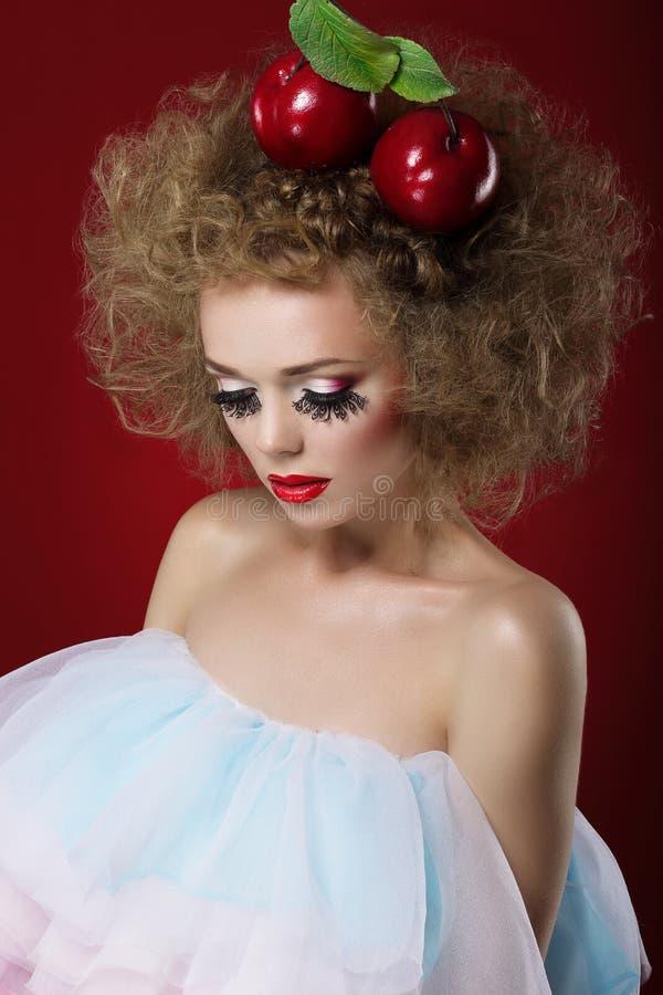 mummery Konstnärlig drömlik kvinna med röda äpplen fotografering för bildbyråer