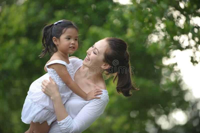 Mummia & figlia asiatiche immagine stock libera da diritti