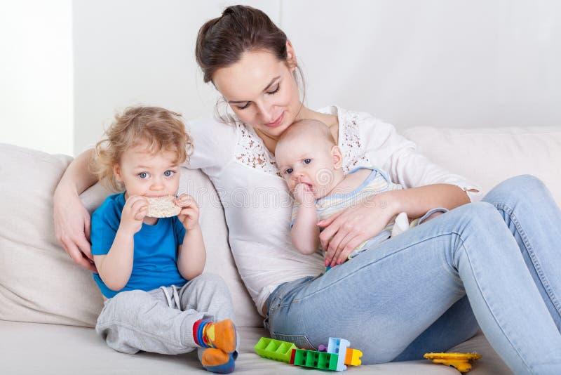 Mummia con il bambino ed il bambino in età prescolare fotografie stock libere da diritti