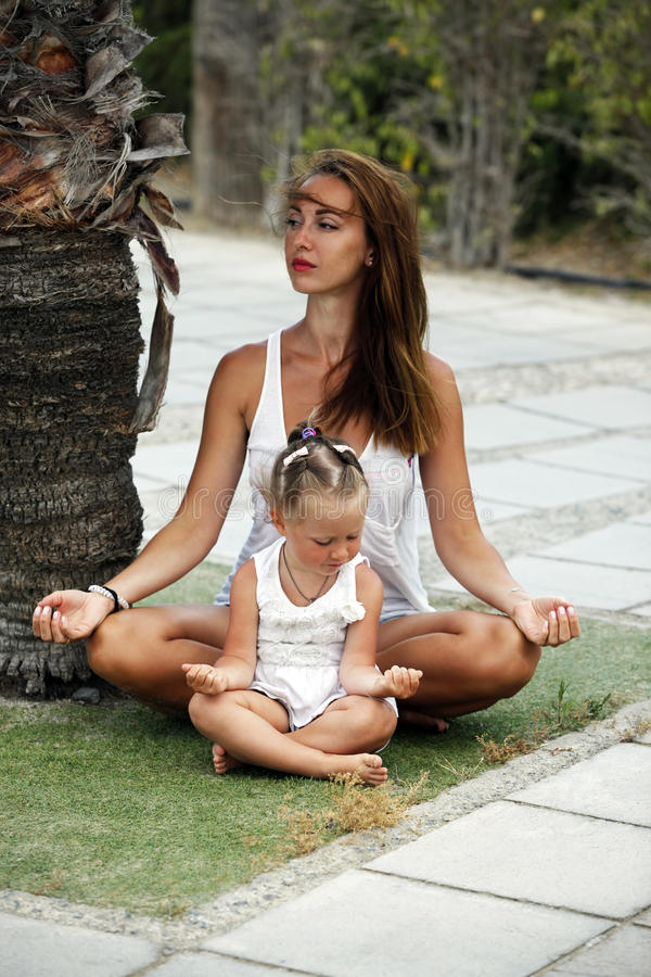 Mummia con una piccola figlia fotografia stock libera da diritti