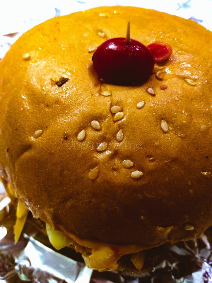 Mun som bevattnar hamburgaren royaltyfri foto