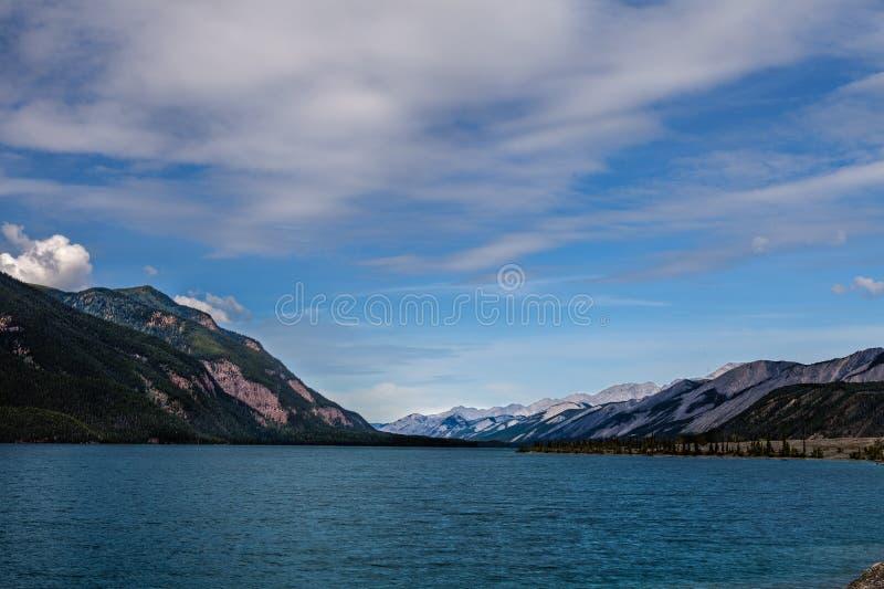 Muncho jezioro Brytyjski Kolumbia Kanada Ten prawdziwej ampuły głęboki błękitny jezioro zna dla swój wielkiego połowu as well as  obraz stock