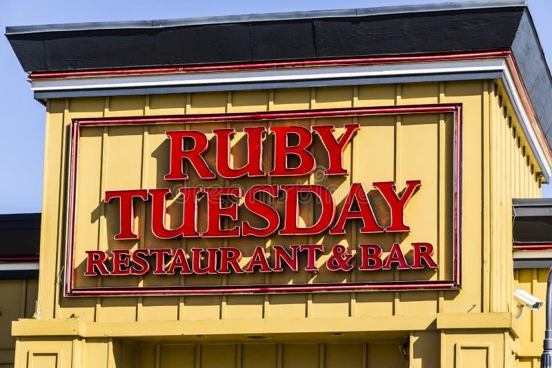 Muncie - Circa Maart 2017: Ruby Tuesday Casual Restaurant Location Ruby Tuesday is beroemd voor zijn Saladebar II royalty-vrije stock foto's