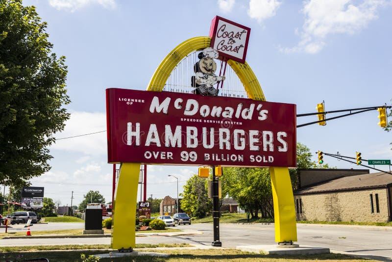 Muncie, DENTRO - cerca do agosto de 2016: Sinal do Hamburger de McDonald's do legado com Speedee VI imagens de stock