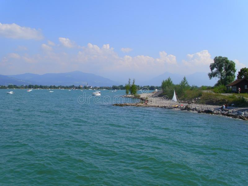Mund des Rheins im See, Seeblick nannte Bodensee, Ufer nahe Bregenz Österreich, mit Booten und Segelbooten, stockbild