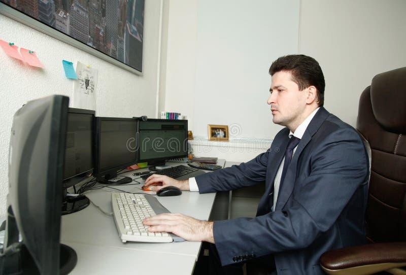 Mundial del ganador 2016 del campeonato del comercio de futuros de Rusia Artur Teregulov en el lugar de trabajo fotos de archivo