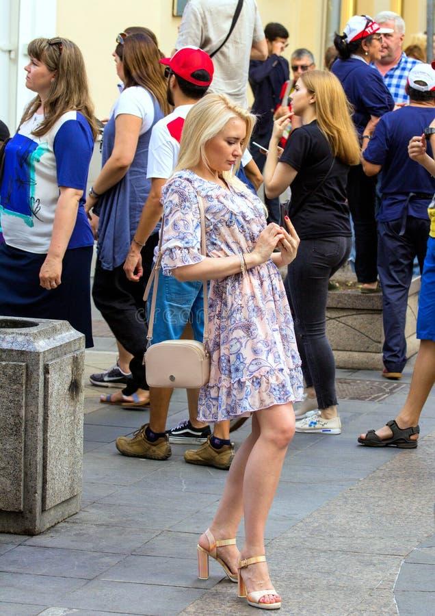 Mundial 2018 gente que lleva la ropa colorida Mujer que hace la foto en la actitud divertida foto de archivo libre de regalías
