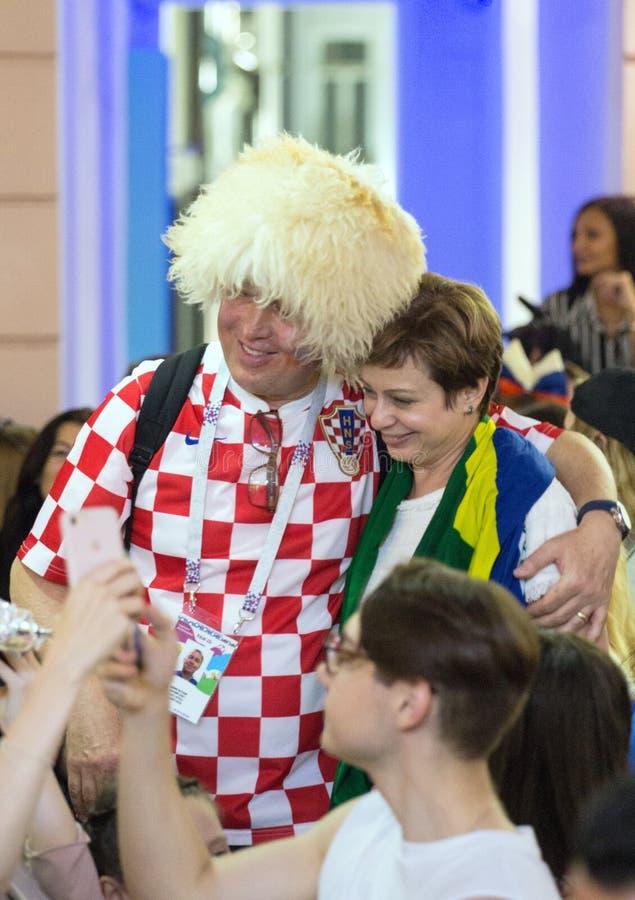 Mundial 2018 Moscú la FIFA 2018 Emociones de los fanáticos del fútbol en las calles de Moscú Fanático del fútbol que lleva el som fotografía de archivo
