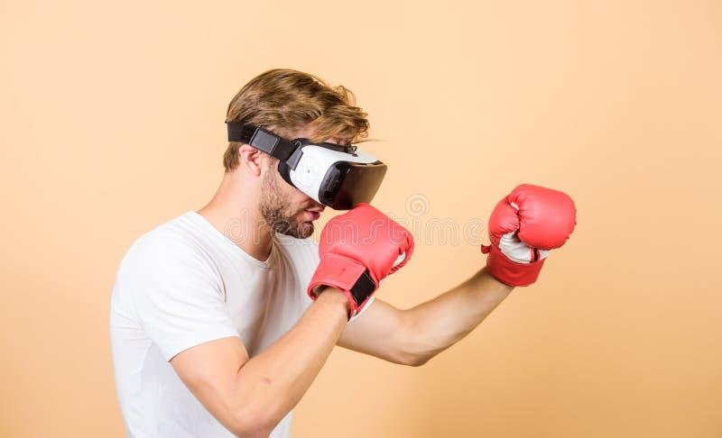 Mundo 3D aumentado Simulação dos auriculares da realidade virtual do pugilista do homem Jogo do jogo do homem em vidros de VR Con fotos de stock royalty free
