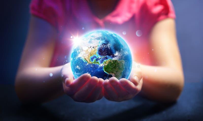 Mundo da posse da criança - mágica da vida - conceito do Dia da Terra - fotografia de stock royalty free