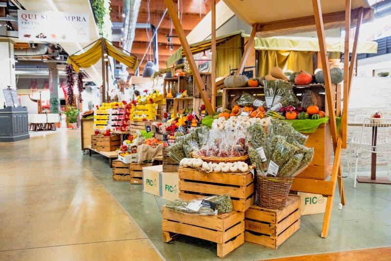 Mundo de Fico Eataly da tenda do mercado de vegetal de fruto - Bolonha - Itália fotografia de stock royalty free