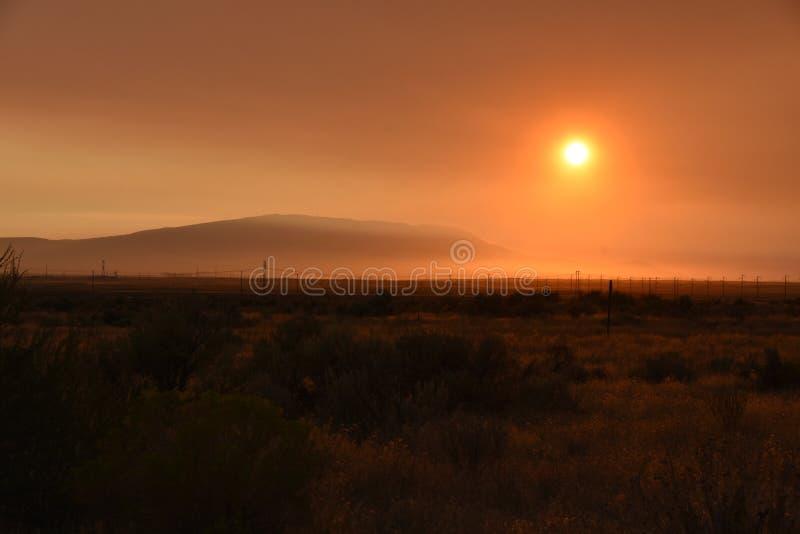Mundo de Ghost da montanha do cascavel: Forest Fires Fuel Sunset Skies foto de stock