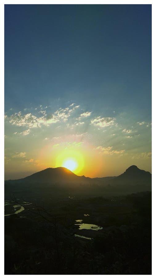 Mundo de la montaña rodeado con los ríos fotografía de archivo libre de regalías