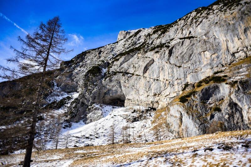 Mundo de mañana de la gruta en la montaña de Marmolada en las dolomías italianas imágenes de archivo libres de regalías