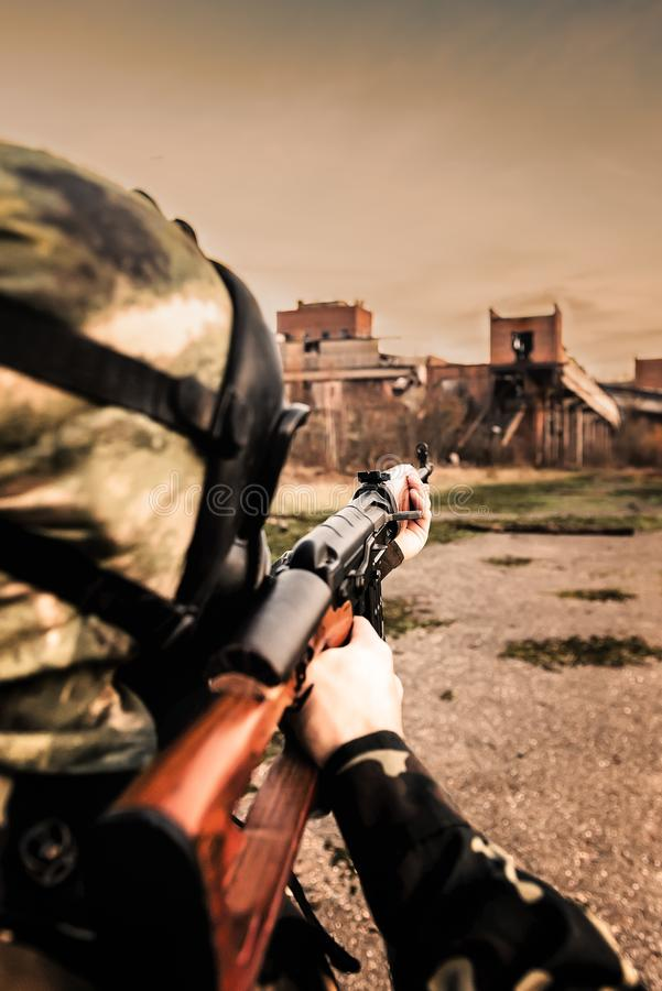 Mundo de Postapocaliptic, homem com rifle de atirador furtivo foto de stock