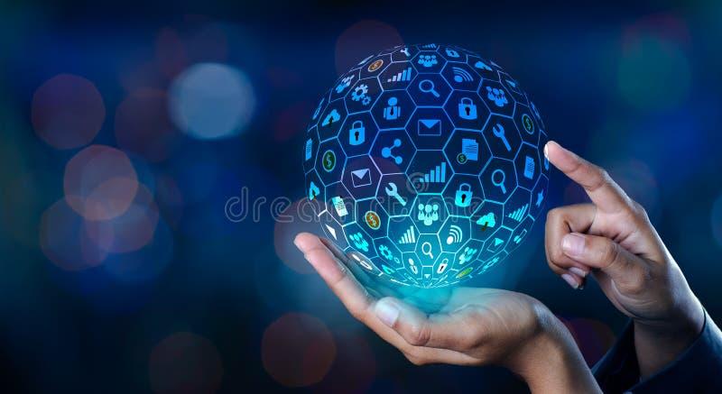 Mundo do Internet do ícone nas mãos de uma tecnologia de rede do homem de negócios e de uns dados de entrada do espaço de uma com