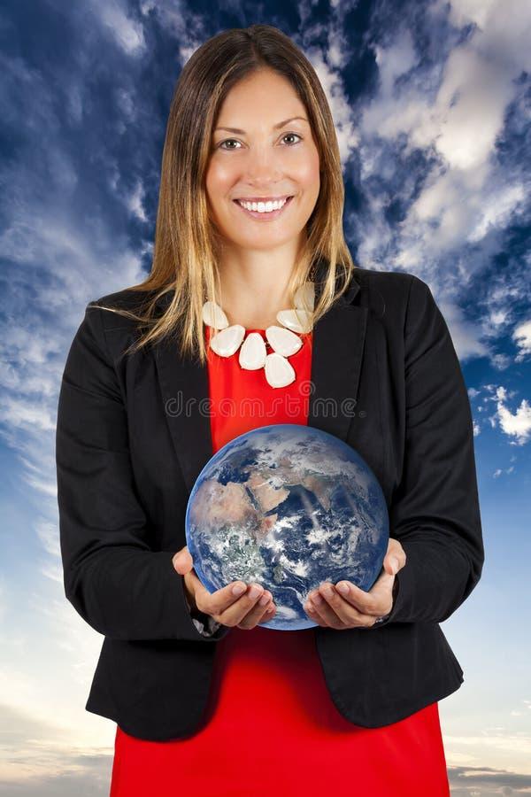 Mundo em suas mãos Mulher que sorri com terra nas mãos fotografia de stock royalty free