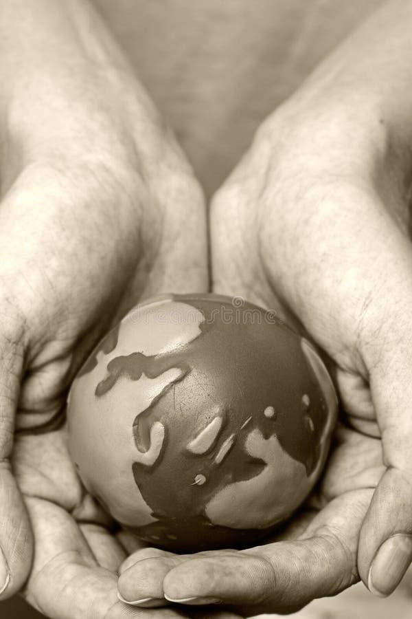 Mundo en manos foto de archivo libre de regalías