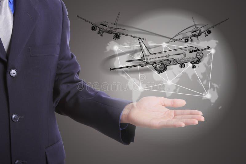Mundo logístico del negocio del control del hombre de negocios foto de archivo