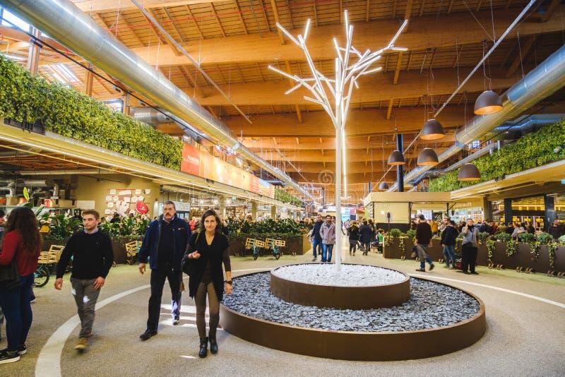 Mundo moderno de Fico Eataly del supermercado de los interiores del paseo de la gente imágenes de archivo libres de regalías