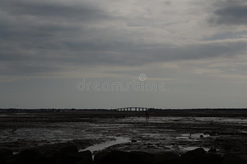 Mundo oscuro debajo de las nubes fotos de archivo