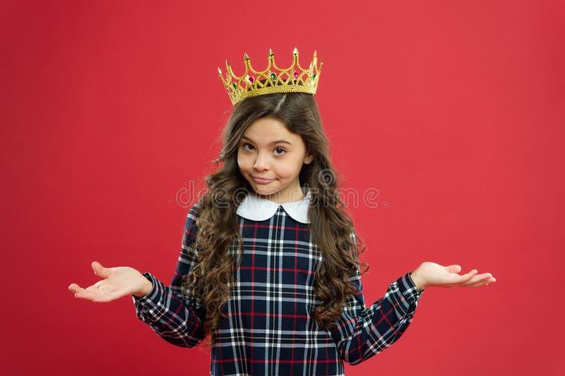 Mundo que me hace girar alrededor El niño lleva a la princesa de oro del símbolo de la corona Cada muchacha que sueña a la prince foto de archivo libre de regalías
