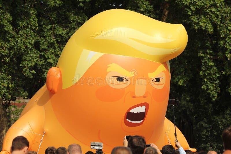 Mundos excedentes dos teares infláveis gigantes do ` do bebê do trunfo do ` os grandes pressionam nos jardins do quadrado do parl imagem de stock royalty free
