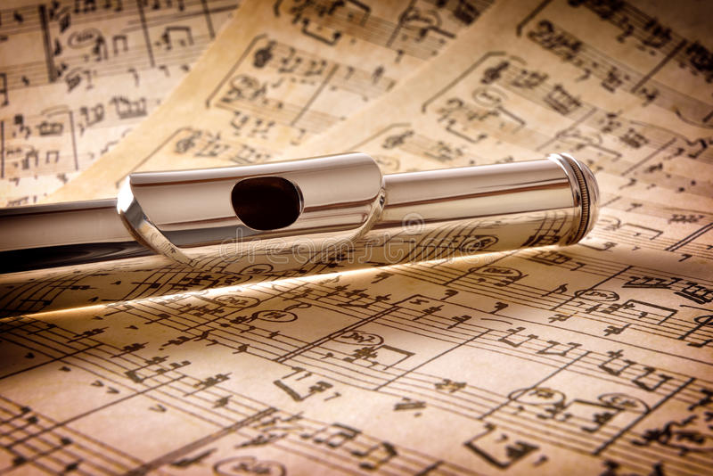 Mundstück von alten handgeschriebenen Noten der Flöte erhöhte Ansicht lizenzfreie stockbilder