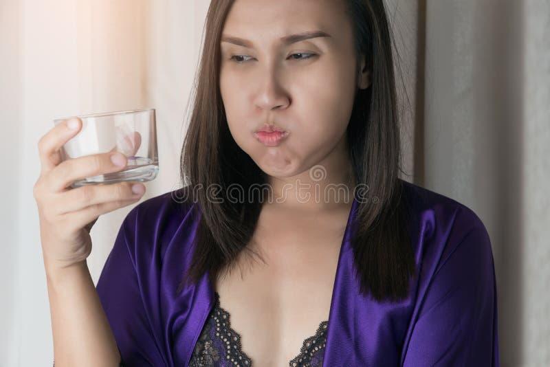 Mundwasser oder Gurgeln lizenzfreie stockfotos