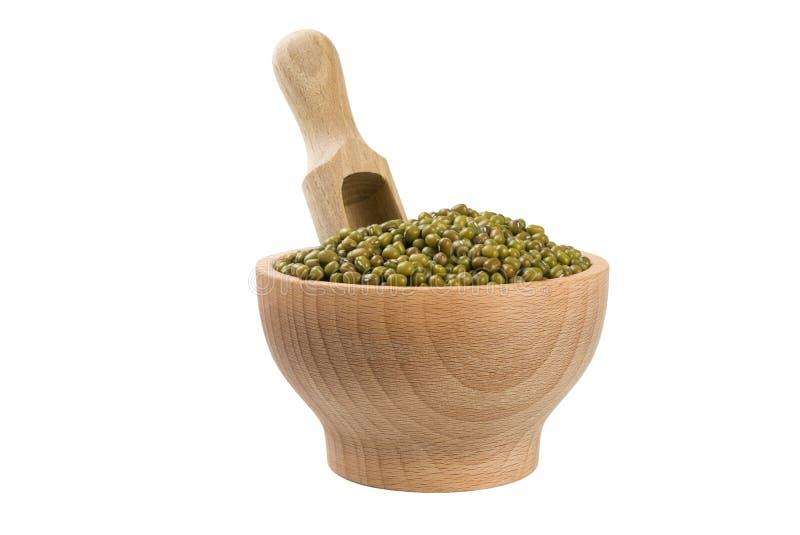 Mung ή Mungo φασόλι στο ξύλινο κύπελλο και σέσουλα που απομονώνεται στο άσπρο υπόβαθρο διατροφή βιο Φυσικό συστατικό τροφίμων στοκ εικόνες